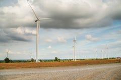 I generatori eolici generano l'elettricità al campo tutta la piantagione dell'agricoltura Fotografia Stock Libera da Diritti