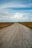 I generatori eolici generano l'elettricità al campo tutta la piantagione dell'agricoltura Immagini Stock