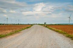 I generatori eolici generano l'elettricità al campo tutta la piantagione dell'agricoltura Immagine Stock Libera da Diritti