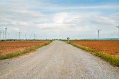 I generatori eolici generano l'elettricità al campo tutta la piantagione dell'agricoltura Fotografia Stock