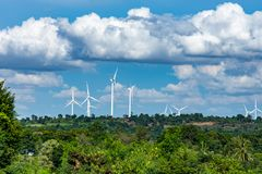 I generatori eolici generano l'elettricità sul Moutain Immagini Stock
