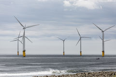 I generatori eolici sotto il fiume colloca sul tee l'estuario Fotografia Stock