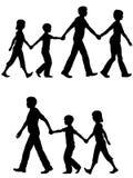 I genitori casuali del papà della mamma della famiglia piombo i bambini sulla camminata Immagini Stock