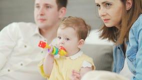 I genitori felici godono di di spendere il tempo con la piccola mezzo anno vecchia figlia video d archivio
