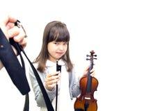 I genitori forzano il bambino giocare il violino fotografia stock