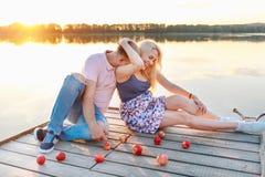 I genitori futuri si divertono sulla riva del lago Fotografia Stock