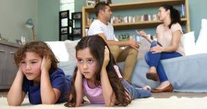 I genitori hanno un litigio ed i bambini stanno ascoltando video d archivio
