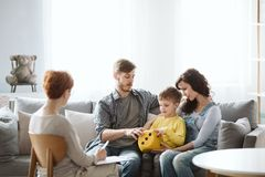 I genitori lavorano con il bambino nelle sessioni di terapia cos? che imparano le punte e le idee per continuare le lezioni a cas fotografia stock libera da diritti