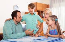 I genitori parlano dei problemi finanziari seri Fotografia Stock Libera da Diritti