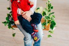 I genitori tengono il bambino nelle loro armi Un piccolo bambino con il genitore Fotografia Stock Libera da Diritti