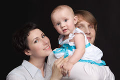 I genitori tengono il loro studio del bambino Fotografie Stock Libere da Diritti