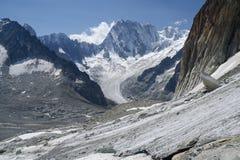 I ghiacciai e Grandess Jorasses alzano nelle alpi francesi Fotografia Stock