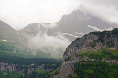 I ghiacciai permanenti si trovano sulle montagne in Glacier National Park Immagini Stock Libere da Diritti