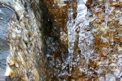 I ghiaccioli di scongelamento con la goccia di acqua di caduta nelle montagne Immagine Stock Libera da Diritti