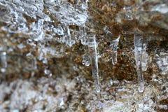 I ghiaccioli di scongelamento con la goccia di acqua di caduta nelle montagne fotografia stock libera da diritti