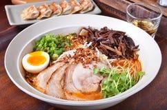 I giapponesi ramen le tagliatelle con carne Immagini Stock