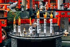 I giapponesi shrine il paesaggio nel santuario di Fushimi Inari Taisha, Kyoto, Giappone immagine stock