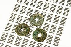 I Ging, kinesisk spådom med mynt Arkivfoton