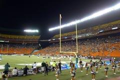 I giocatori allineano per gioco attraverso il campo vicino alla linea di fondo di coll Immagine Stock Libera da Diritti