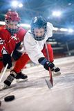 I giocatori dei bambini di sport del hockey su ghiaccio fotografia stock