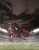 I giocatori di football americano nell'azione immagine stock