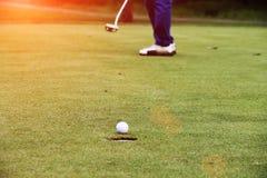 I giocatori di golf stanno mettendo il golf nel campo da golf di sera in Tailandia Fotografia Stock