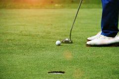I giocatori di golf stanno mettendo il golf nel campo da golf di sera in Tailandia Fotografie Stock Libere da Diritti