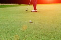 I giocatori di golf stanno mettendo il golf nel campo da golf di sera in Tailandia Fotografie Stock