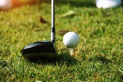 I giocatori di golf vaghi stanno giocando il golf nel campo da golf di sera in T Immagine Stock