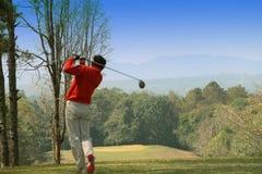 I giocatori di golf vaghi stanno giocando il golf nel campo da golf di sera in T Fotografia Stock