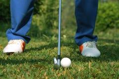I giocatori di golf vaghi stanno giocando il golf nel campo da golf di sera in T Fotografia Stock Libera da Diritti