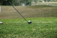 I giocatori di golf vaghi stanno giocando il golf nel campo da golf di sera in T Immagini Stock Libere da Diritti