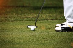 I giocatori di golf vaghi stanno mettendo il golf nel campo da golf di sera in T Immagine Stock Libera da Diritti