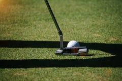 I giocatori di golf vaghi stanno mettendo il golf nel campo da golf di sera in T Immagine Stock