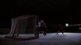 I giocatori di hockey professionali giocano gli spari Il giocatore che prende alla pena un portiere dell'hockey steadicam video d archivio