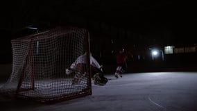 I giocatori di hockey professionali giocano gli spari Il giocatore che prende alla pena un portiere dell'hockey steadicam archivi video