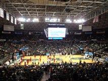I giocatori di pallacanestro dell'istituto universitario ottengono il riscaldamento per l'inizio del diamante Immagine Stock Libera da Diritti