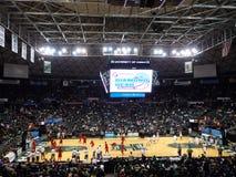 I giocatori di pallacanestro dell'istituto universitario ottengono il riscaldamento per l'inizio del diamante Immagine Stock