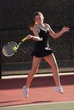 I giocatori di tennis femminili Smacks il treno anteriore nella corrispondenza Fotografia Stock Libera da Diritti