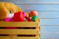 I giocattoli dei bambini sono nella scatola e nell'attesa nelle ali immagini stock