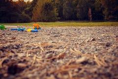I giocattoli dei bambini sulla strada nel parco da solo fotografia stock
