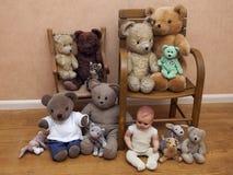 I giocattoli di parecchi bambini sulla vecchia sedia Fotografie Stock