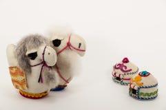 I giocattoli hanno fatto dalle proprie mani due cammelli e due casette Fotografia Stock