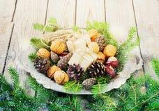 I giocattoli per l'albero di Natale e le pigne in un metallo lanciano, sul nuovo anno di legno anziano del fondo Immagini Stock Libere da Diritti