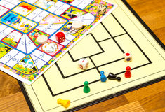I giochi da tavolo sono sparsi trascuratamente attraverso Fotografie Stock Libere da Diritti
