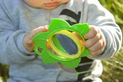 I giochi del bambino con uno specchio Immagini Stock