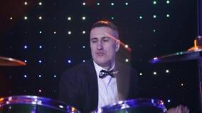 I giochi del batterista che tamburellano al club video d archivio