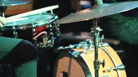 I giochi del batterista sull'insieme del tamburo stock footage