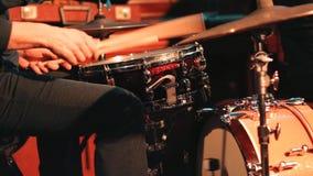 I giochi del batterista sull'insieme del tamburo archivi video