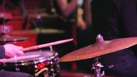 I giochi del batterista sull'insieme del tamburo video d archivio